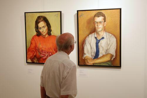 """Selten vermerkte Meidner die Namen der Porträtierten - die Bilder tragen Titel wie """"Junge Frau im roten Kleid"""" oder """"Junger Mann mit blauer Krawatte"""". Foto: Alexander Paul Englert"""