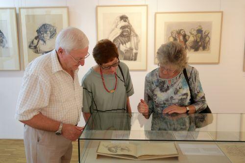 Neben den Porträts werden in der Ausstellung auch Briefe, Skizzenbücher und andere Quellen gezeigt. Foto: Alexander Paul Englert