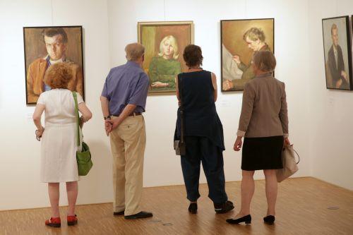Schon bei der Eröffnung der Ausstellung ließen sich erste Porträtierte identifizieren. Foto: Alexander Paul Englert