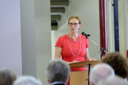 Gisela Stang, Bürgermeisterin der Kreisstadt Hofheim am Taunus, begrüßt die Anwesenden