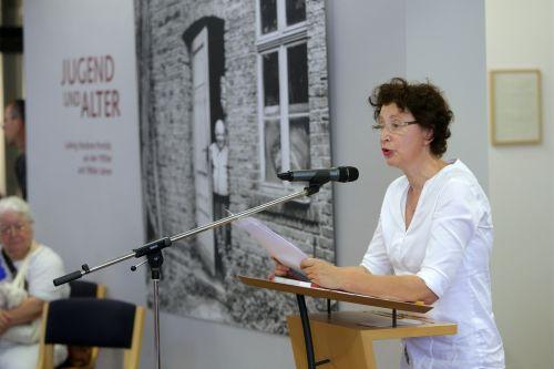 """Dr. Eva Scheid, Leiterin Stadtmuseum Hofheim, führt in """"Jugend und Alter"""" ein"""