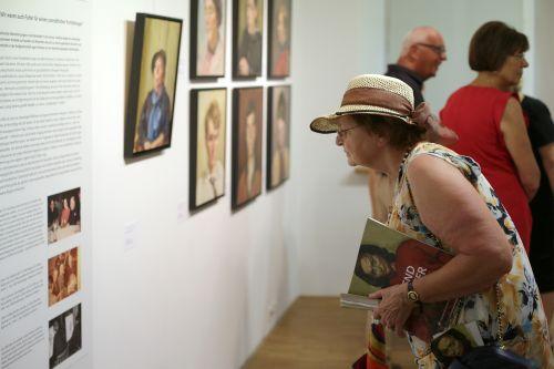 Das Stadtmuseum Hofheim ist gespannt, ob sich im Lauf der Ausstellung weitere Porträtierte wiedererkennen. Foto: Alexander Paul Englert